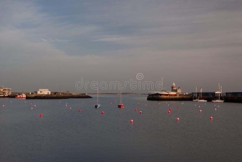 在Howth口岸的灯塔 Howth是一个钓鱼的小口岸在都柏林湾附近 免版税库存照片
