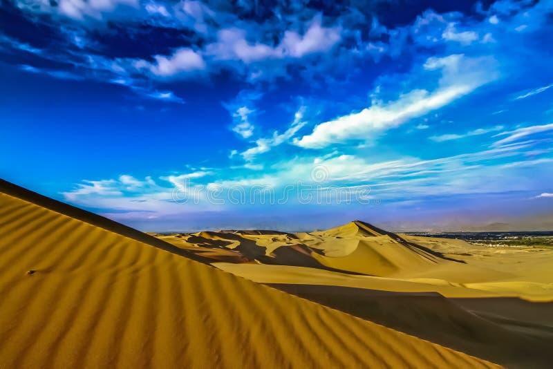 在Huacachina附近绿洲的沙丘沙漠  免版税图库摄影