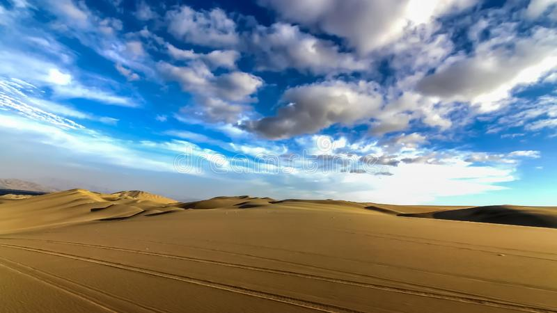 在Huacachina附近绿洲的沙丘沙漠  免版税库存图片