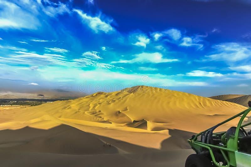 在Huacachina附近,秘鲁绿洲的沙丘沙漠  图库摄影