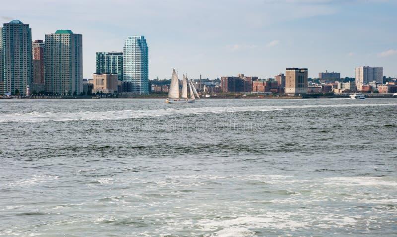 在Hudson湾,纽约的美丽的帆船 背景的曼哈顿的街市摩天大楼 库存照片