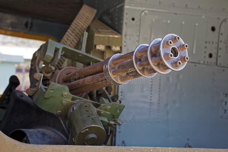 在Huey直升机里面的M134 Minigun在战争H的残余博物馆 免版税库存照片