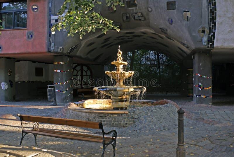 在Hundertwasserhaus前面的喷泉,维也纳 免版税库存图片