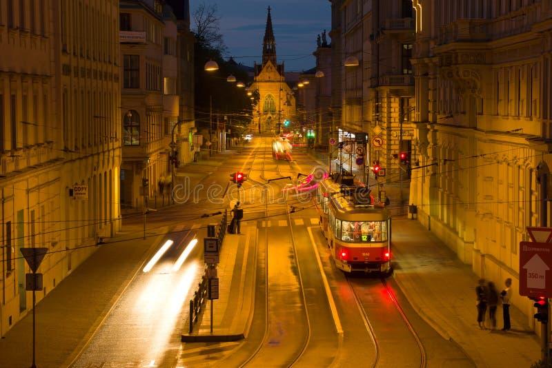 在Husova街上的夜电车 布尔诺捷克共和国 库存图片
