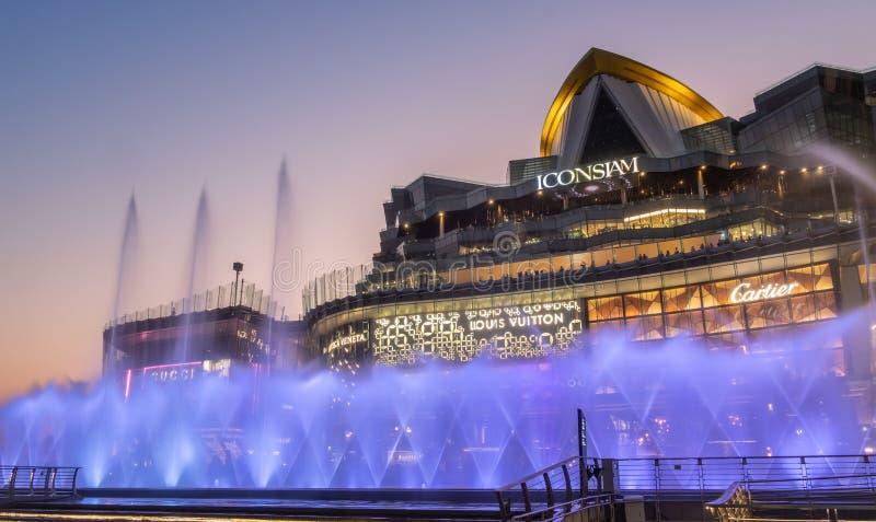 在ICONSIAM大厦泰国的跳舞的喷泉 免版税库存照片