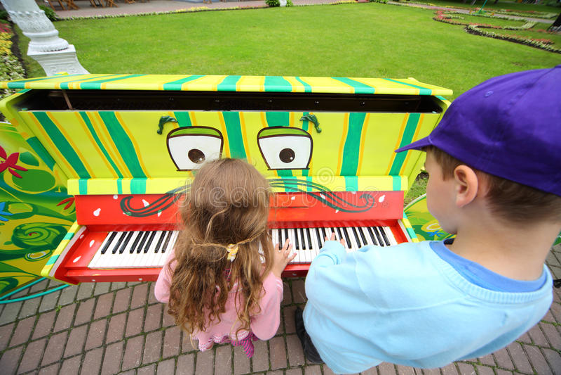在III木偶莫斯科节日的儿童游戏钢琴  免版税库存照片
