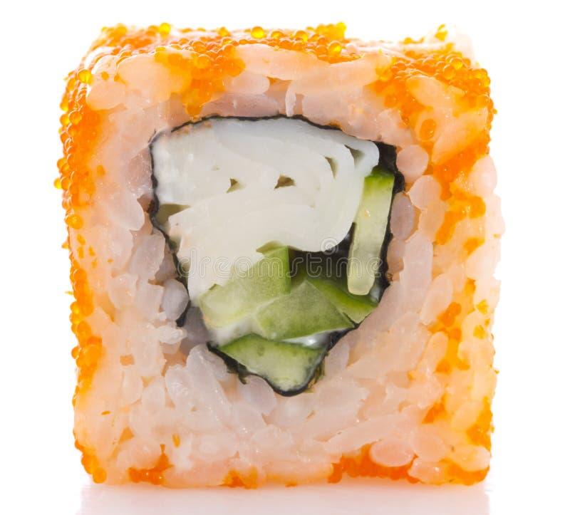 在ikura (tobiko)的寿司卷与被隔绝的螃蟹和黄瓜 免版税库存照片