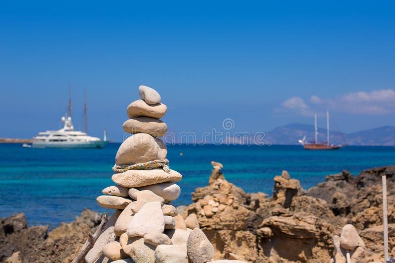 在Illetes海滩岸的石图在福门特拉岛靠岸 免版税库存图片