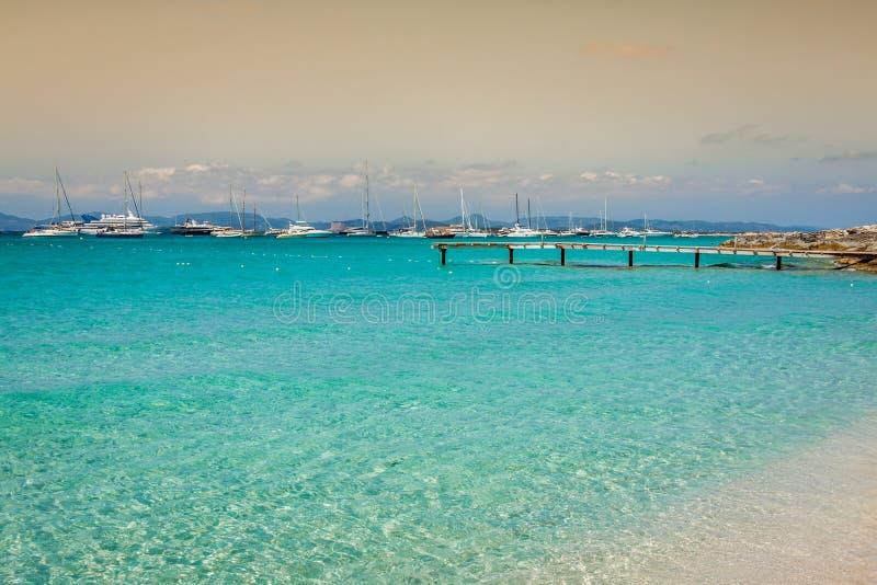 在Illetes bea的福门特拉岛热带地中海木码头 库存照片