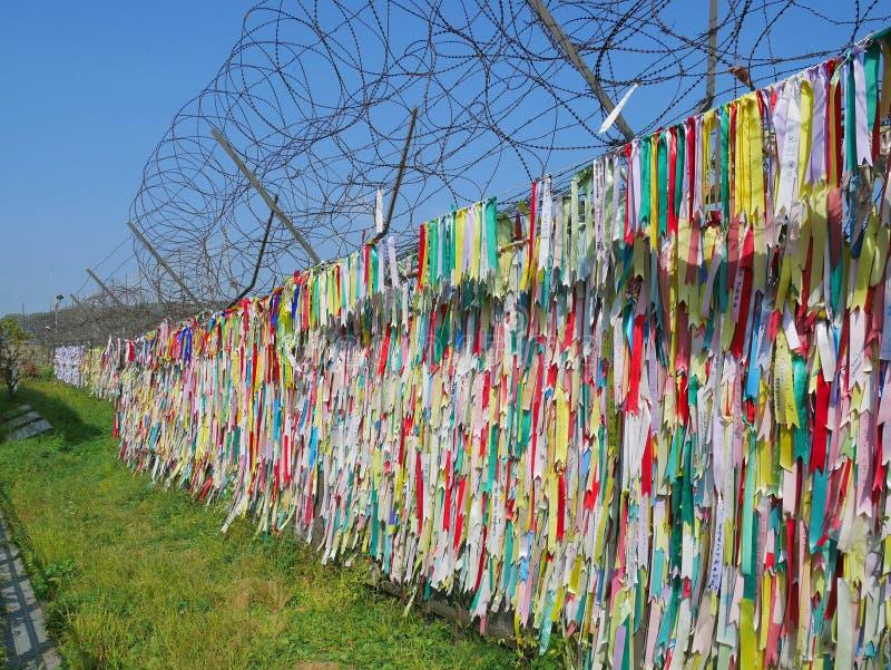 在Imjingak的五颜六色的祷告丝带在DMZ或解除军事管制区域附近停放 库存图片