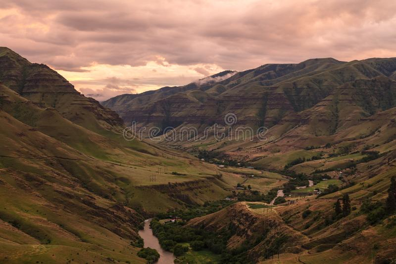 在Imnaha峡谷的日落颜色 库存图片