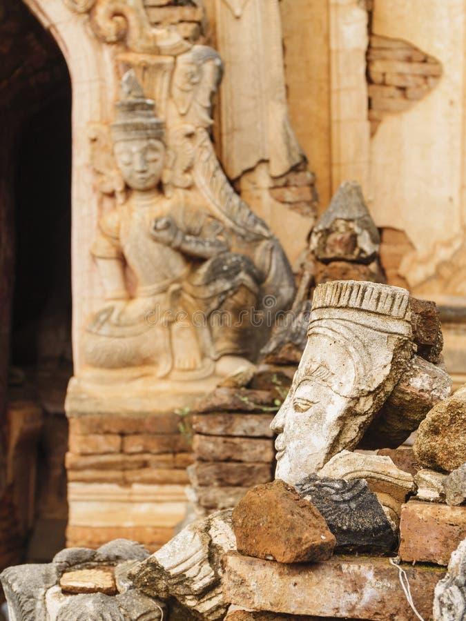 在Indein长满与植物, Inle湖缅甸的古老Stupa 免版税库存照片