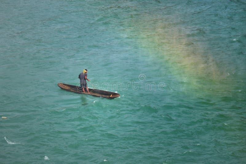 在indravari河印度的独木舟渔船 免版税库存照片