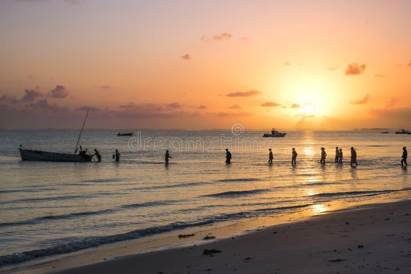 在Inhassorro海岸线的日出,莫桑比克 免版税库存照片