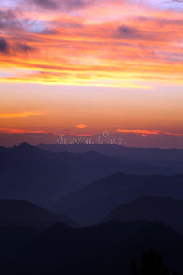 在Inthanon山的美好的日落与微明,清迈, 库存图片