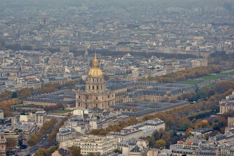 在Invalides旅馆的鸟瞰图巴黎和它的` s周围 免版税库存照片
