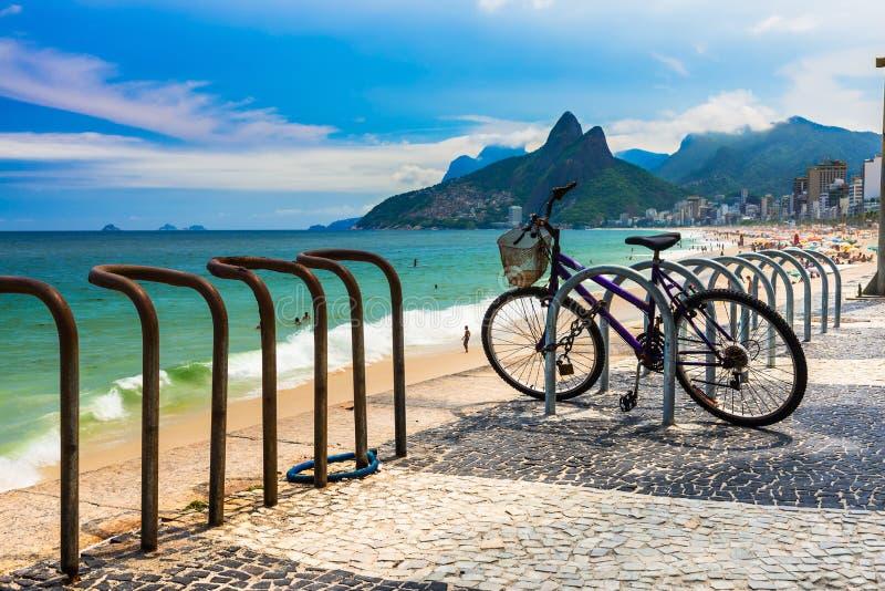 在Ipanema海滩停放的自行车在里约热内卢 库存照片