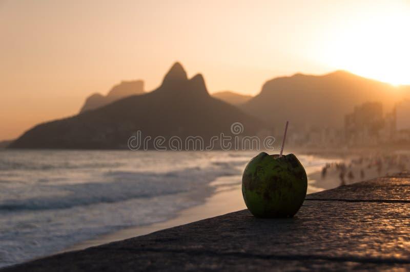 Download 在Ipanema海滩的椰子饮料由日落 库存照片. 图片 包括有 假期, 海运, 户外, 椰子, 面包渣, 剪影 - 59103696