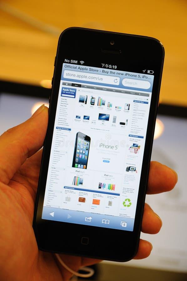 在iPhone 5的Apple在线存储显示 免版税库存图片