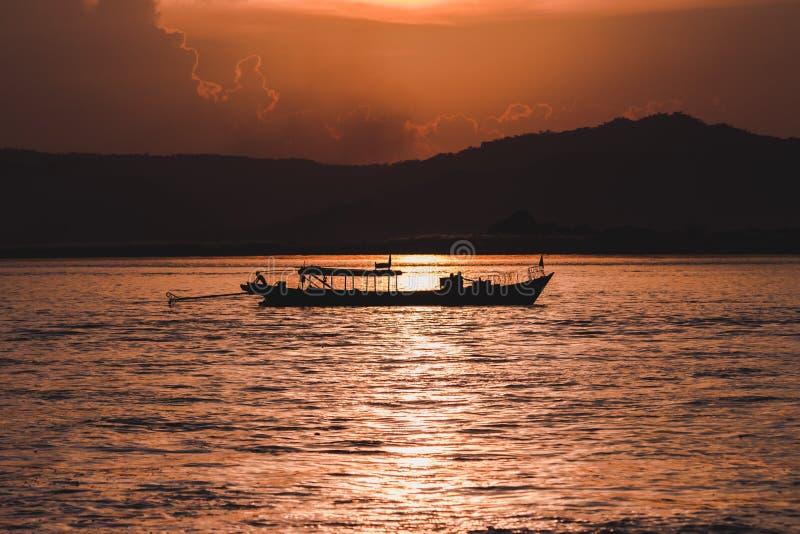 在Irrawaddy河的日落 库存图片