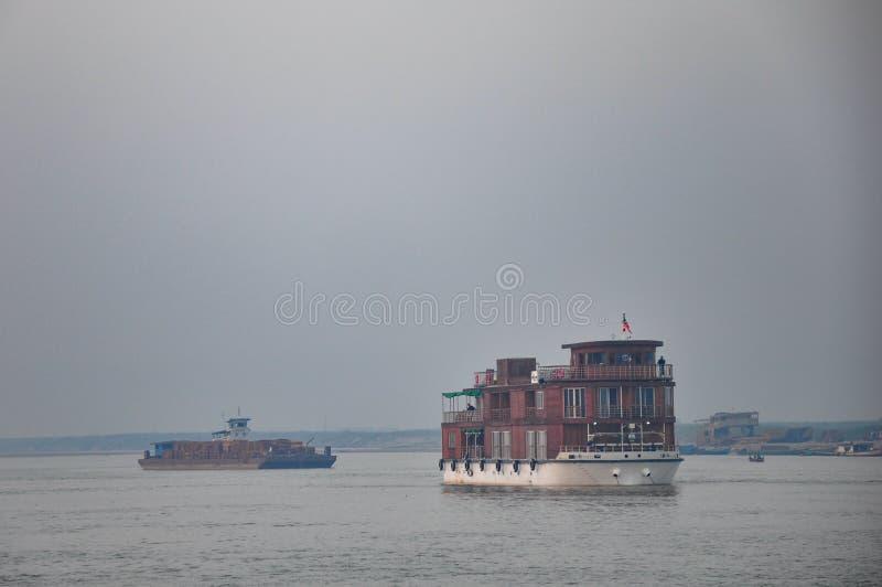 在Irrawaddy河的木客船运输在缅甸 免版税库存图片
