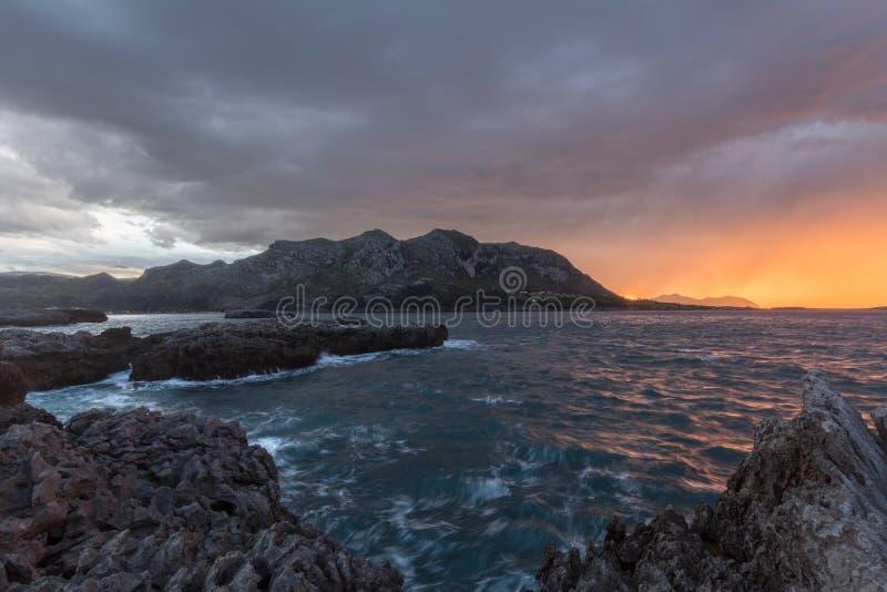 在Islares峭壁的风暴在坎塔布里亚 库存图片