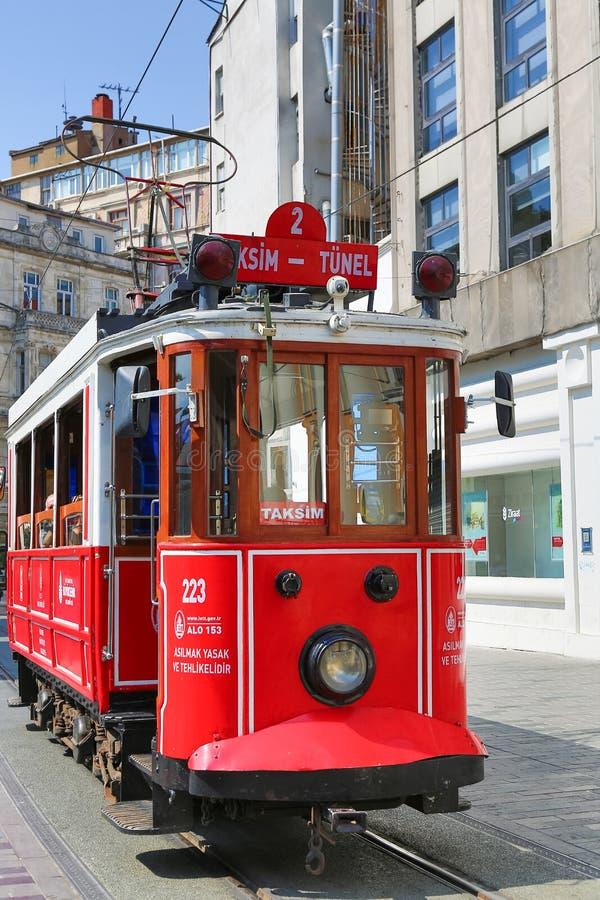 在Istiklal街道上的减速火箭的电车 红色电车Taksim-Tunel 免版税库存图片