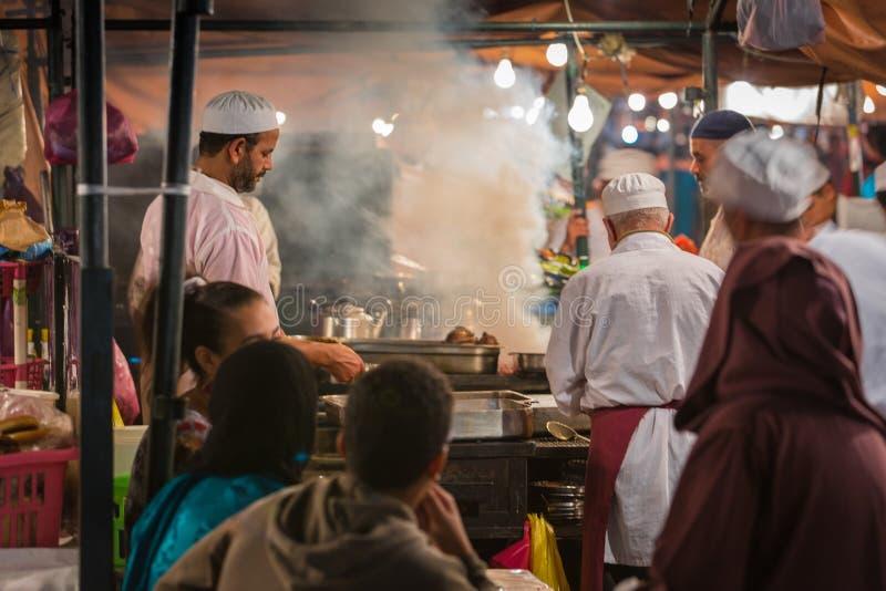 在Jamaa El Fna广场的大气 免版税库存照片