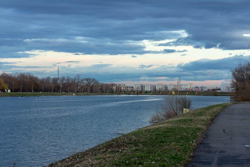 在Jarun湖的日落在萨格勒布,克罗地亚 免版税库存照片