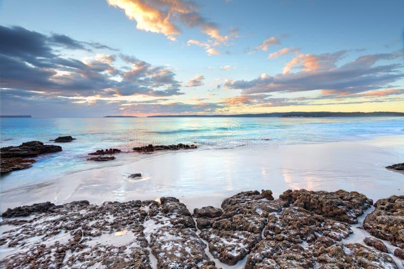 在Jervis海湾NSW澳大利亚的黎明颜色 库存图片
