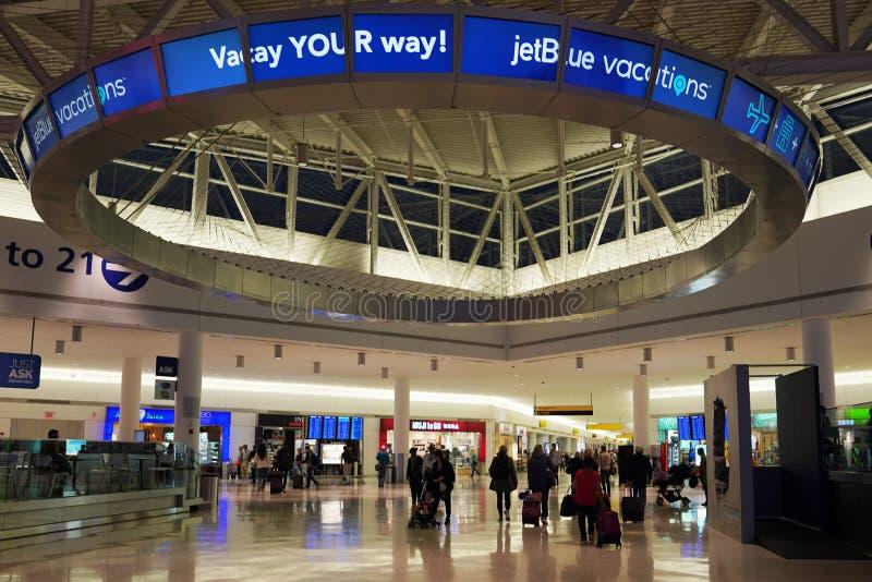 在JetBlue终端5里面在约翰・肯尼迪国际机场在纽约 免版税库存照片