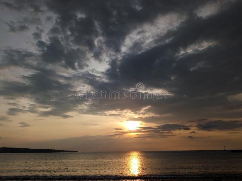 在Jimbaran海滩的日落 免版税库存照片