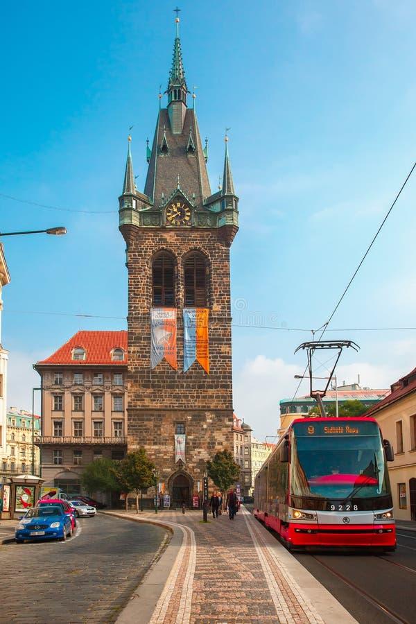 在Jindrisska塔附近的红色电车在布拉格,捷克语 库存照片