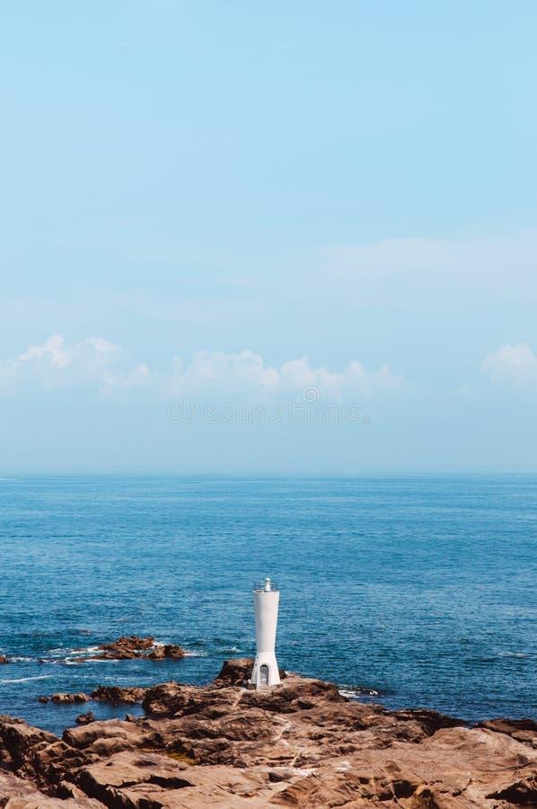 在Jogashima海岛,三浦,日本的白色灯塔 蓝色海oce 免版税图库摄影