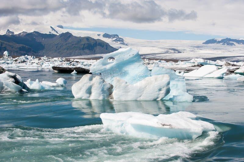 在Jokulsarlon的浮动冰山冰盐水湖,冰岛 库存照片