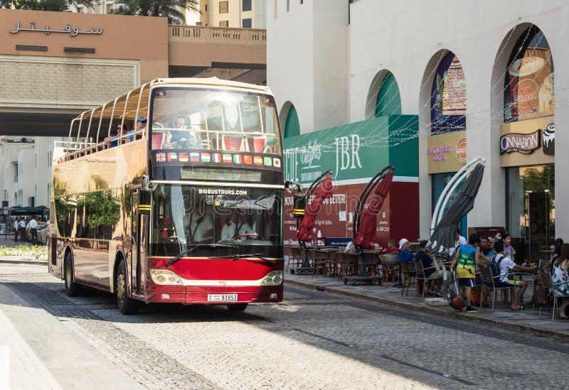 在Jumeirah海滩住所JBR的旅行公共汽车在迪拜小游艇船坞 免版税图库摄影