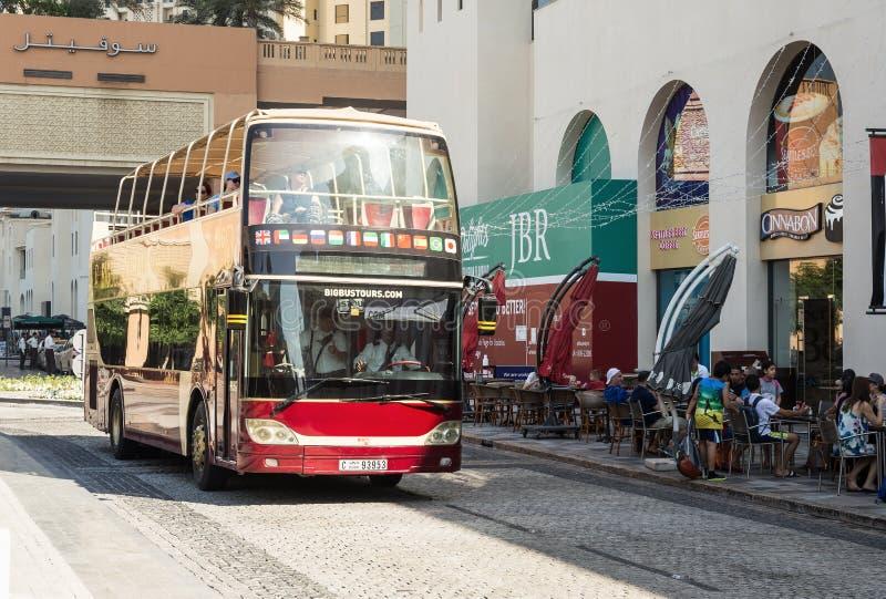 在Jumeirah海滩住所JBR的旅行公共汽车在迪拜小游艇船坞 免版税库存照片
