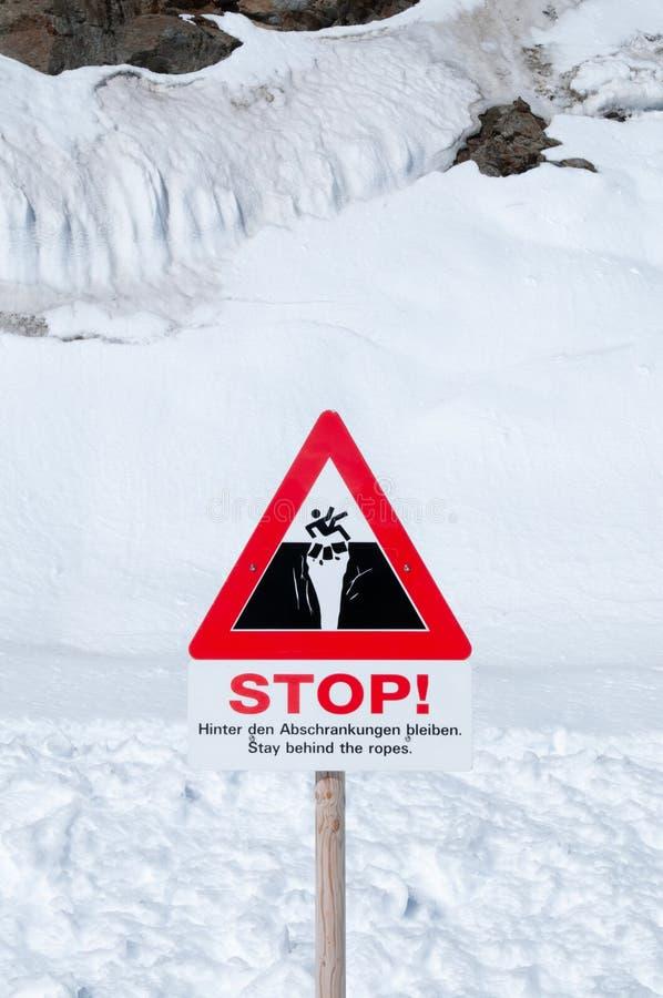 在Jungfraujoch,瑞士的警告的冰地面分隔记号 库存图片