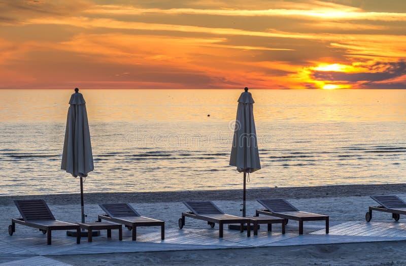 在Jurmala公共领域海滩的日落  免版税图库摄影