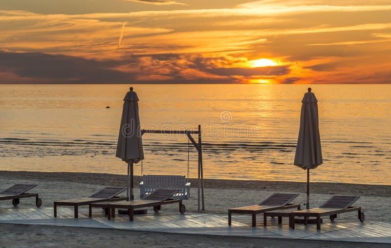 在Jurmala公共领域海滩的日落  免版税库存照片