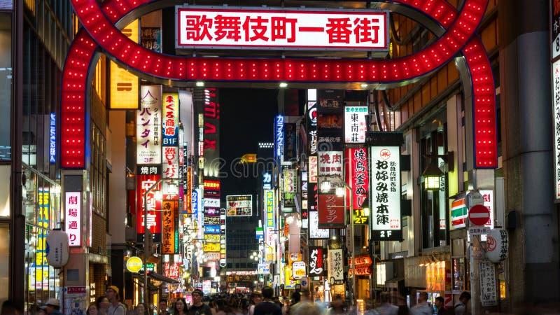 在Kabukicho的明亮的氖和广告光在新宿、娱乐和红灯区,东京,日本 免版税库存照片