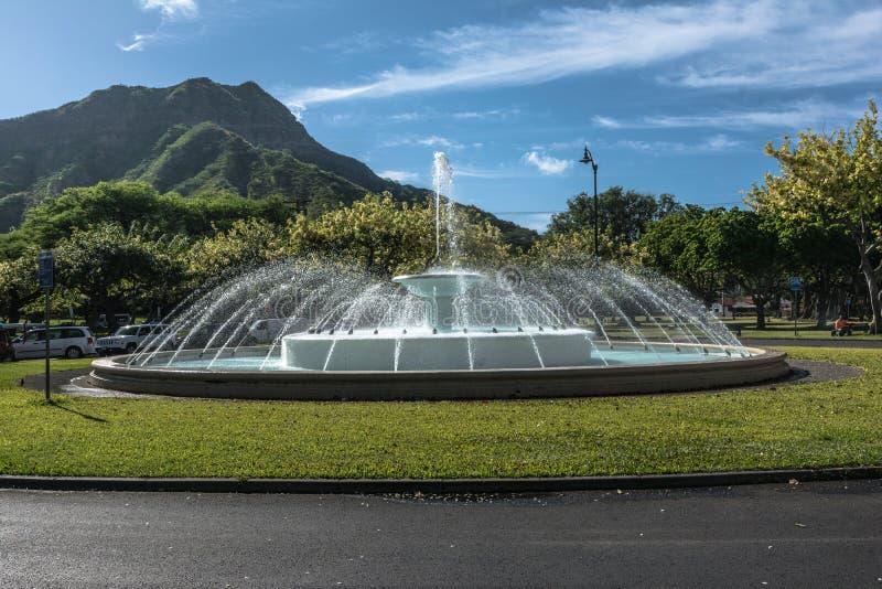 在Kalakaua大道威基基,奥阿胡岛,夏威夷的喷泉 免版税库存照片