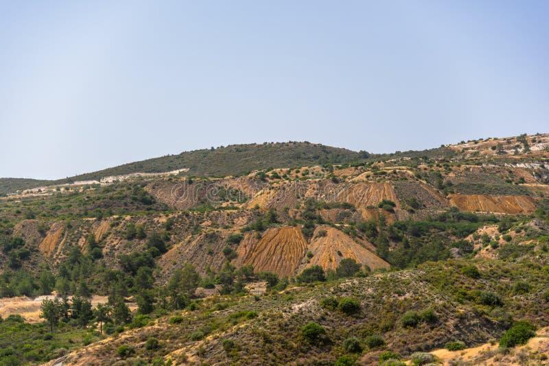 在Kalavasos水坝,塞浦路斯附近的小山 免版税库存照片