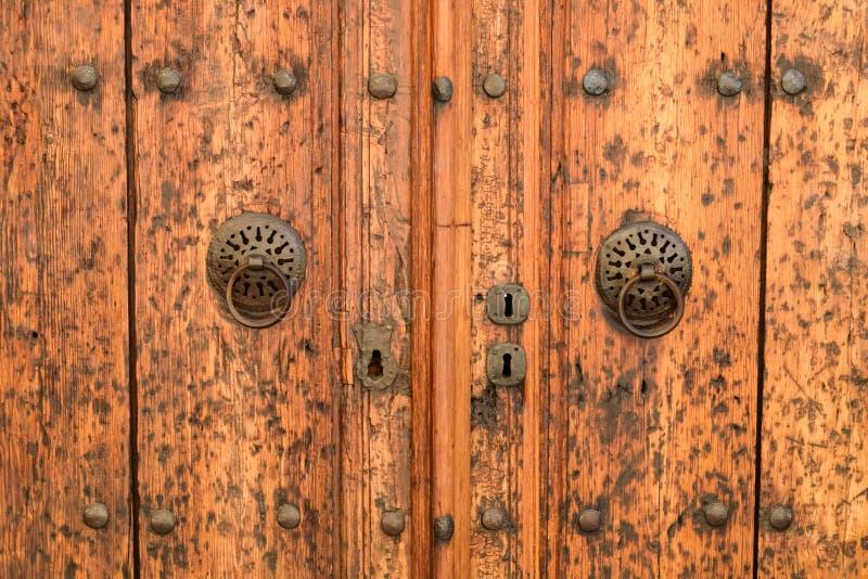 在Kaleici古镇的老大厦的葡萄酒木门门  库存照片
