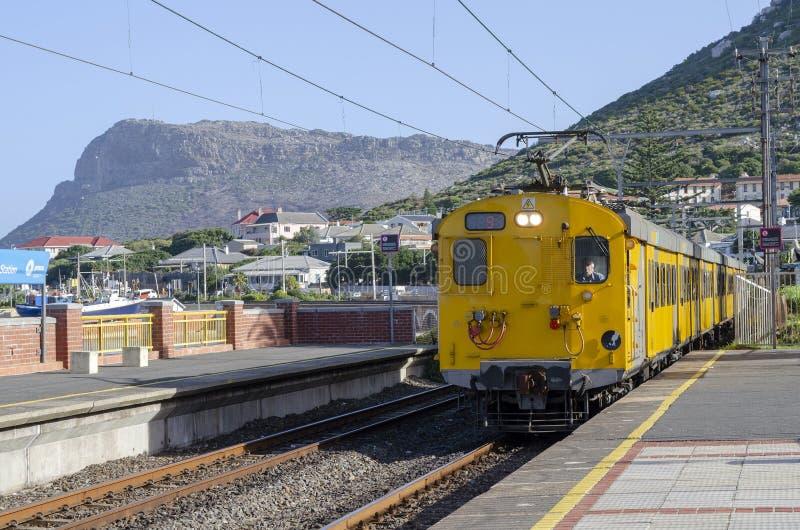 在Kalk海湾驻地的地铁火车在开普敦南非附近 库存图片