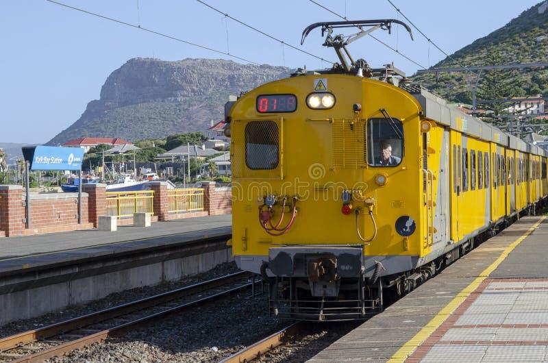 在Kalk海湾驻地的地铁火车在开普敦南非附近 免版税图库摄影