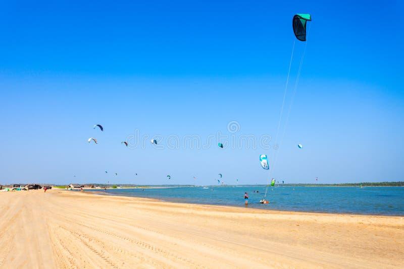 在Kalpitiya海滩的Kitesurfers 免版税库存图片