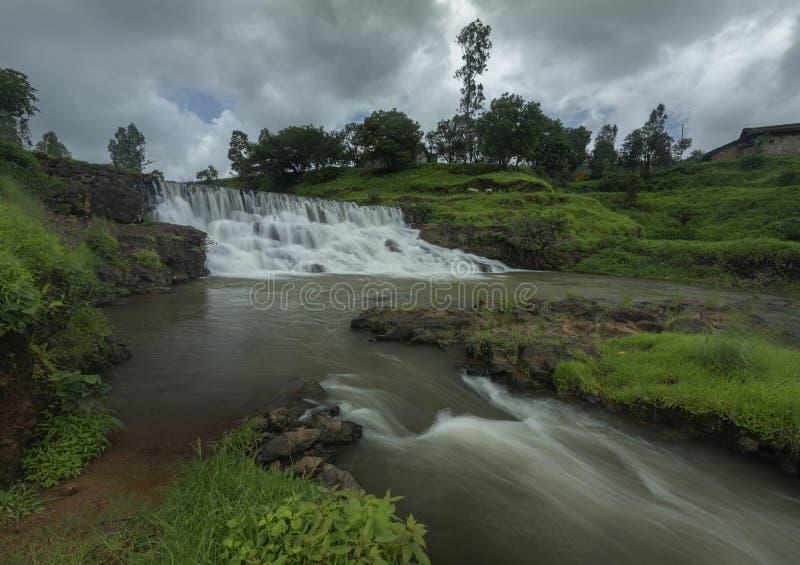 在Kalsubai峰顶附近的瀑布在Bhandardara附近 免版税库存照片