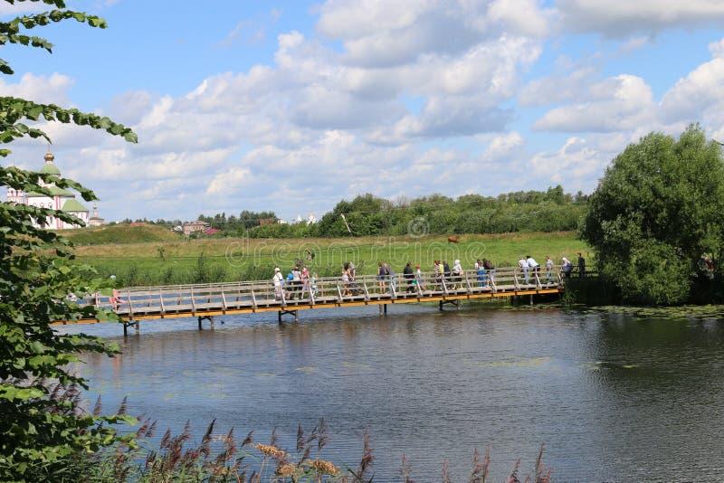 在Kamenka河的步行桥在苏兹达尔 库存照片