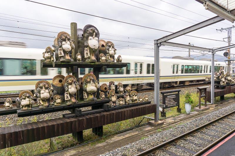 在Kameoka Torokko驻地的Tanuki雕塑在京都,日本 免版税库存图片